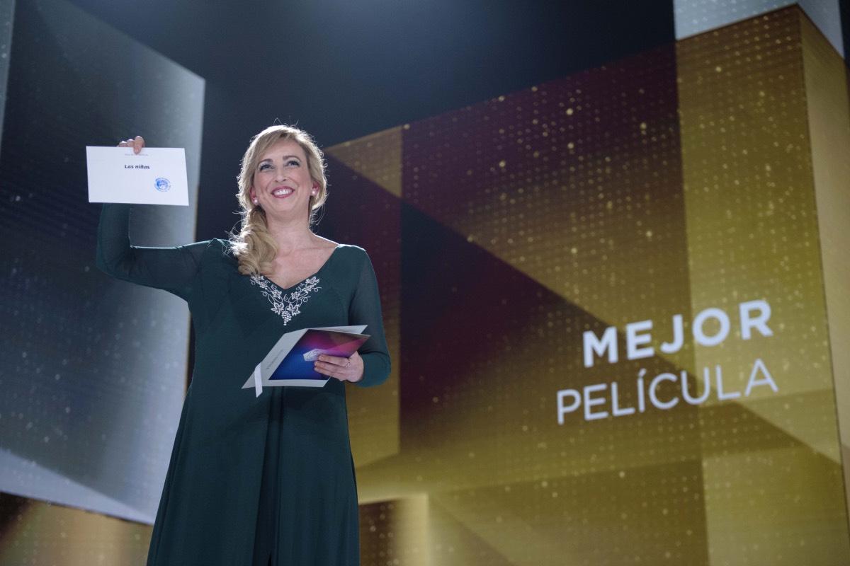 Ana Mar�a muestra la tarjeta con el nombre de la cinta ganadora al Premio de la Mejor Pel�cula, en la última Gala de los Goya (FOTO: Academia de Cine).
