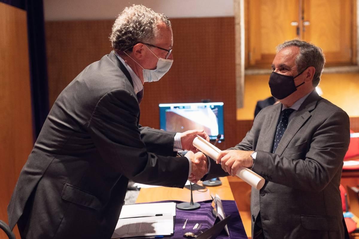 Manuel Puga, presidente de la Real Academia de Farmacia de Galicia, hace entrega del I Premio Perfecto Feijóo a Jesús Aguilar, presidente del Consejo General de COF, como representante de toda la profesión farmacéutica.