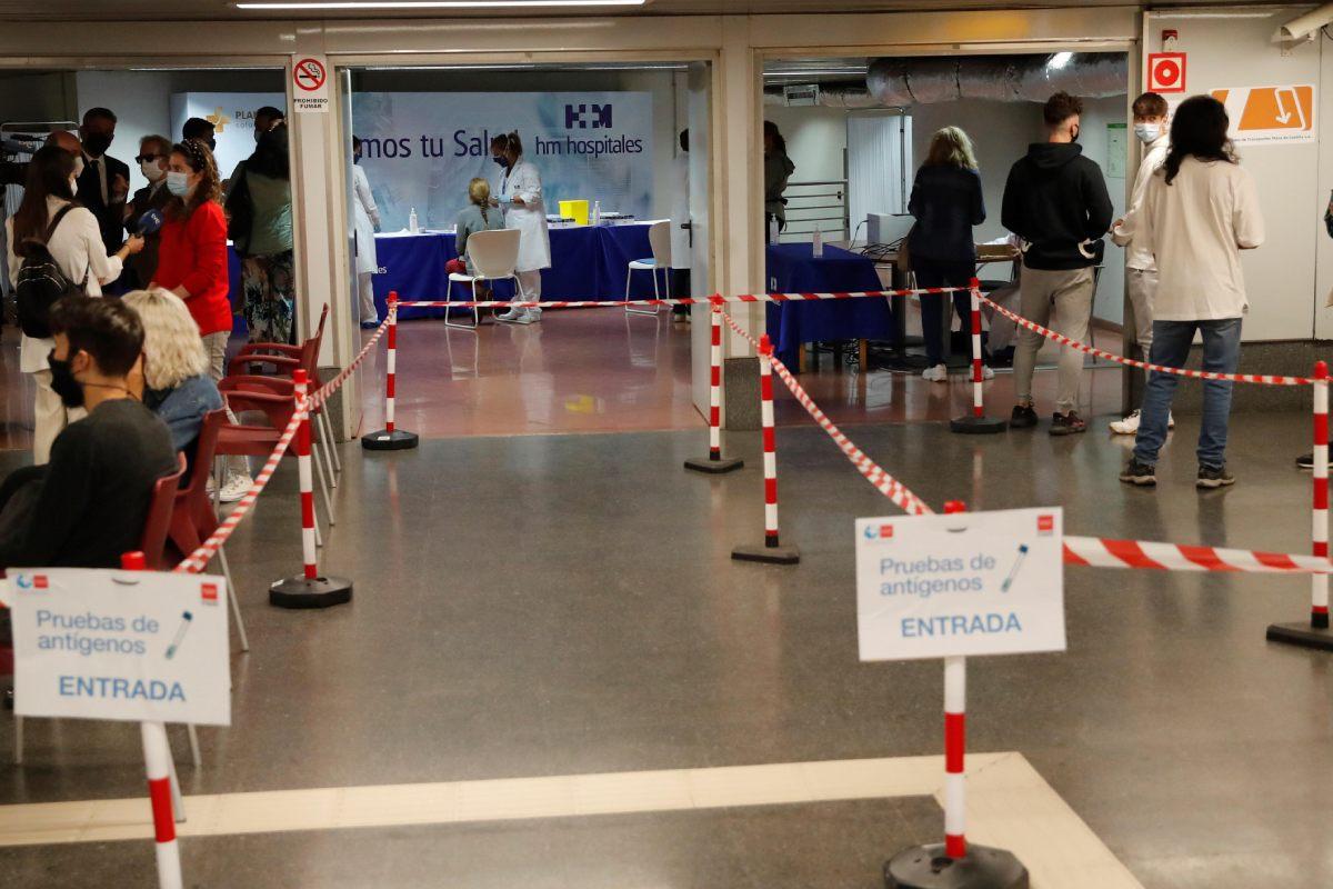 Realizan test de ant�genos gratuito en el intercambiador de transporte de Plaza Castilla, en Madrid.
