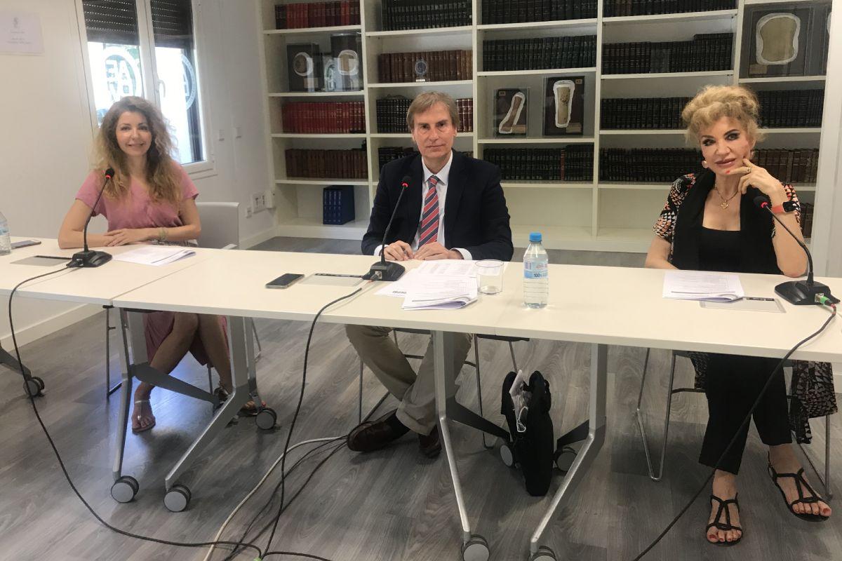 Los dermatólogos Elena González-Guerra, Juan Escalas Taberner y Aurora Guerra, durante la XVI Reunión del Grupo Español de Investigación en Dermatolog�a Psiquiátrica. FOTO: AG.