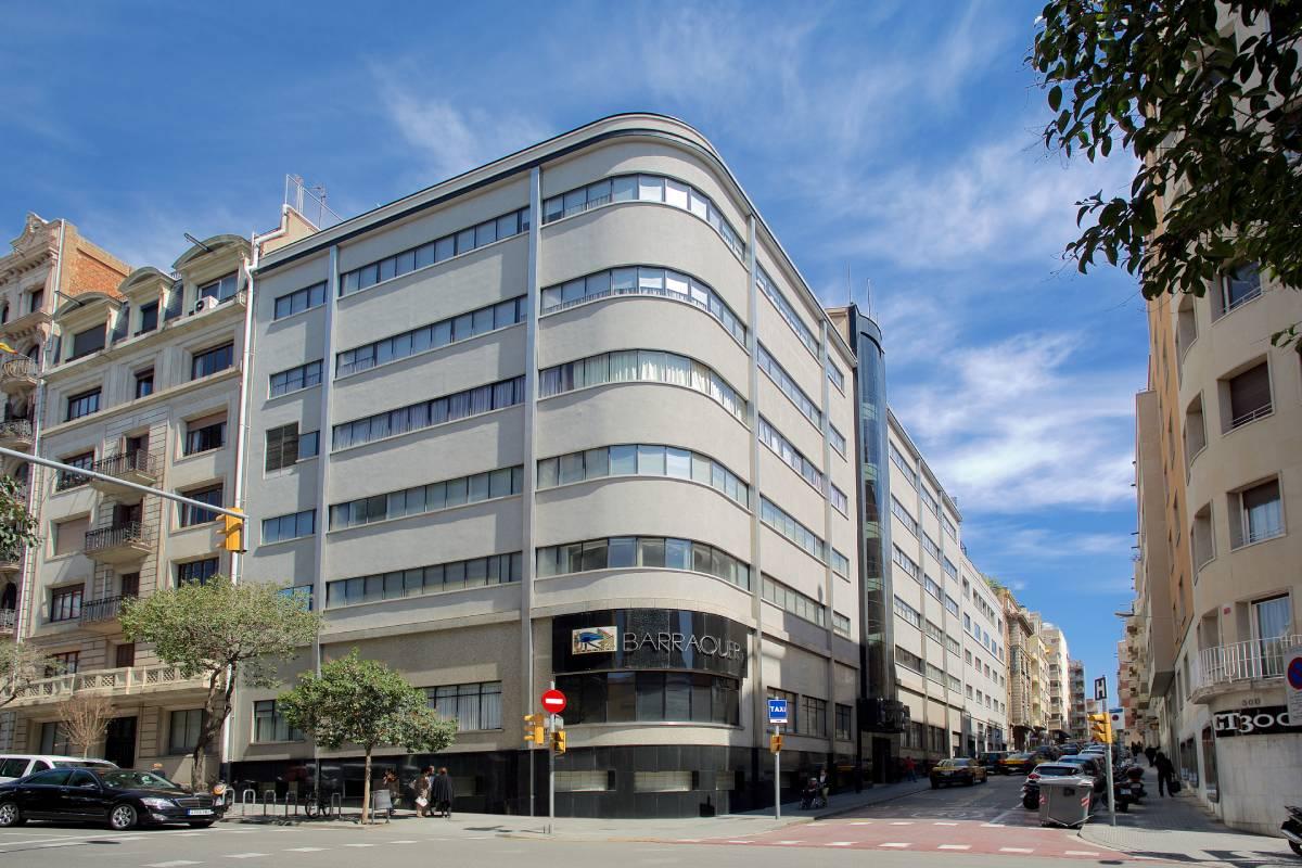 El edificio de Centro de Oftalmología Barraquer de Barcelona, diseñado por el arquitecto Joaquim Lloret i Homs (Foto: Clínica Barraquer)