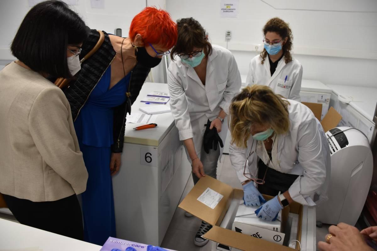 A la izquierda, la ministra de Sanidad, Carolina Darias, y la consejera de Salud de Navarra, Santos Induráin, tras un nuevo envío de vacunas de Pfizer (FOTO: Ministerio de Sanidad)