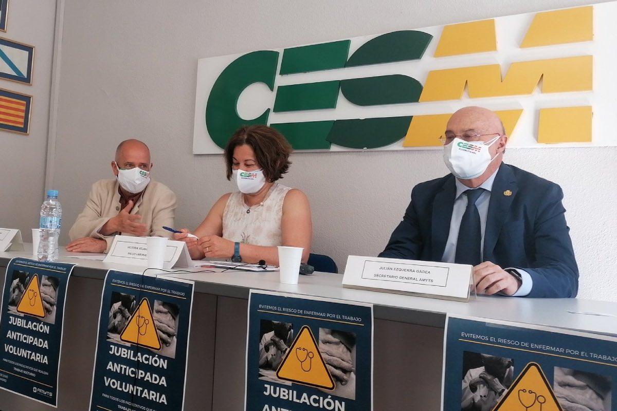 Victoria Velasco, delegada de Salud Laboral de Amyts, flanqueada por Gabriel Del Pozo y Julián Ezquerra (FOTO: Amyts).