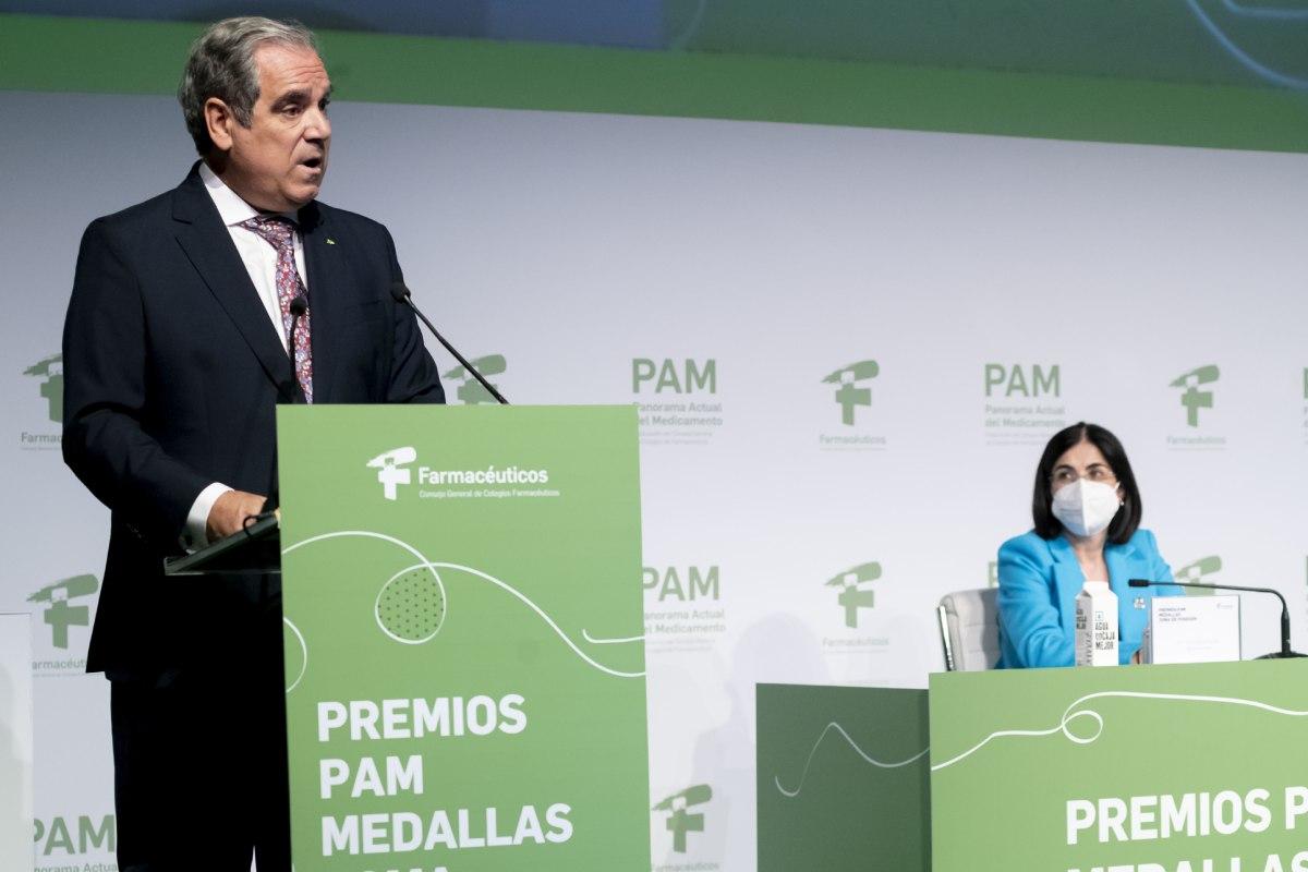 Jesús Aguilar, presidente del Consejo General de COF, interviene durante el evento en presencia de Carolina Darias, ministra de Sanidad. (José Luis Pindado)