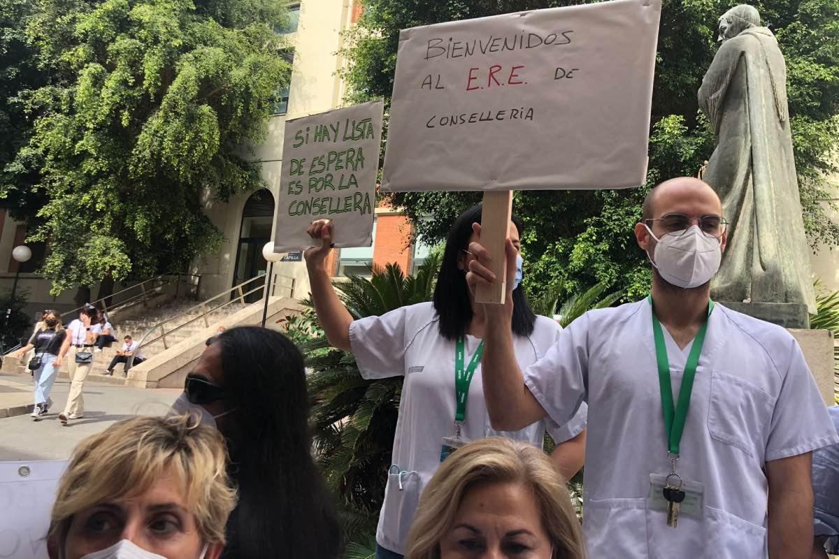 Varios trabajadores sanitarios protestan a las puertas del Hospital Clínico de Valencia tras la decisión de la consejería de no renovar parte de los contratos covid en esta comunidad (FOTO: CESM-CV).