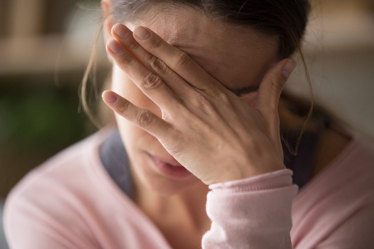 Dolor de cabeza, fatiga, palpitaciones, depresión, tos, dolor articular o insomnio son algunos de los síntomas persistentes en el síndrome postcovid.