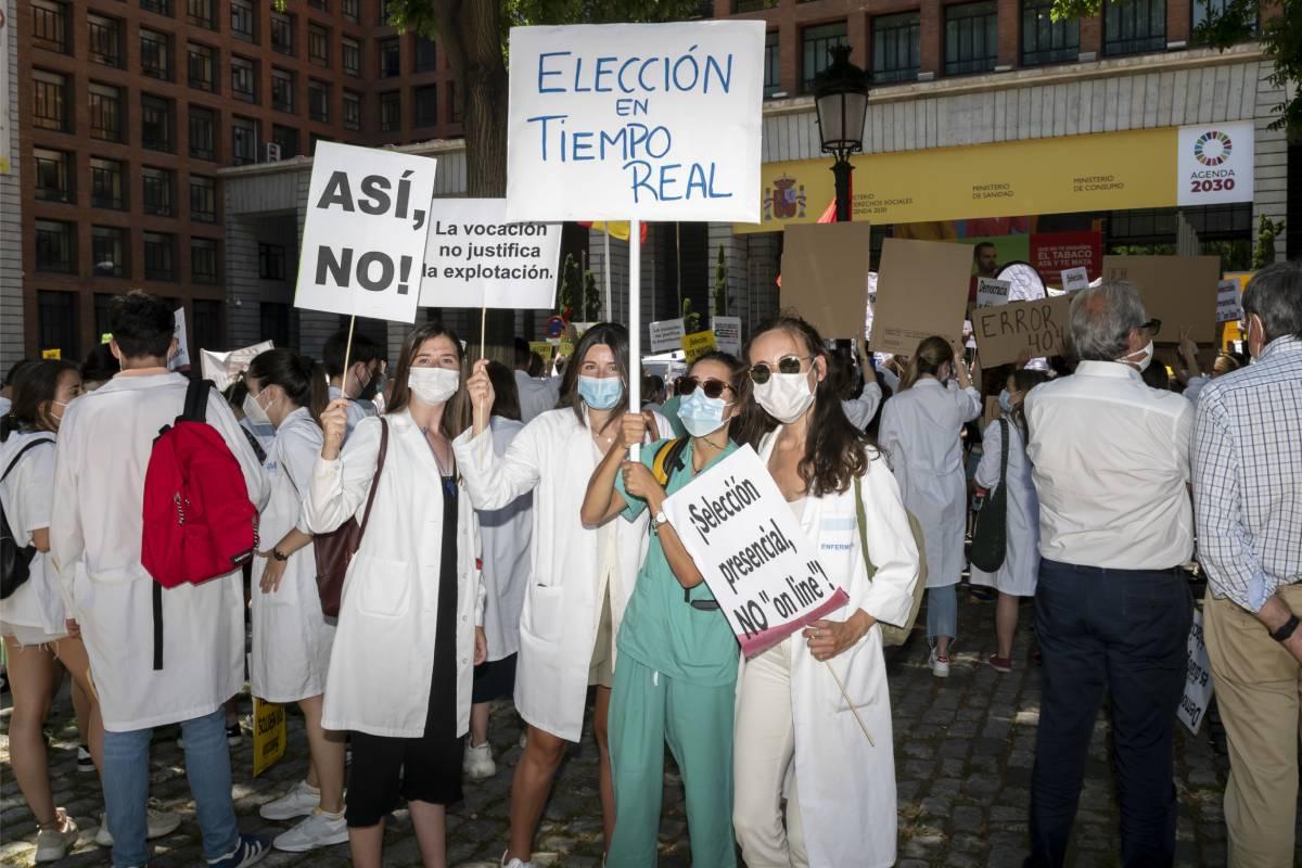 Un grupo de manifestantes frente al Ministerio de Sanidad (Foto: José Luis Pindado)