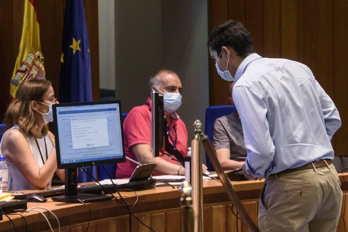 Un aspirante eligiendo su plaza en la sede del Ministerio de Sanidad en la convocatoria del pasado año 2020. FOTO: Luis Camacho.