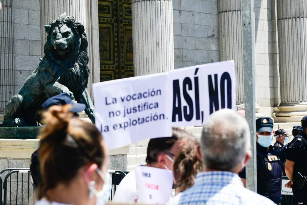 La manifestación ha hecho una primera parada frente al Congreso de los Diputados antes de dirigirse al Ministerio de Sanidad (Foto: José Luis Pindado)