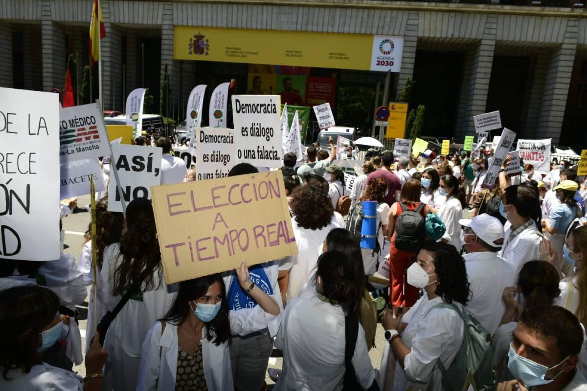 La manifestación de los futuros residentes tenía lugar mientras sus representantes seguían reunidos con responsables del Ministerio de Sanidad (Foto: José Luis Pindado)