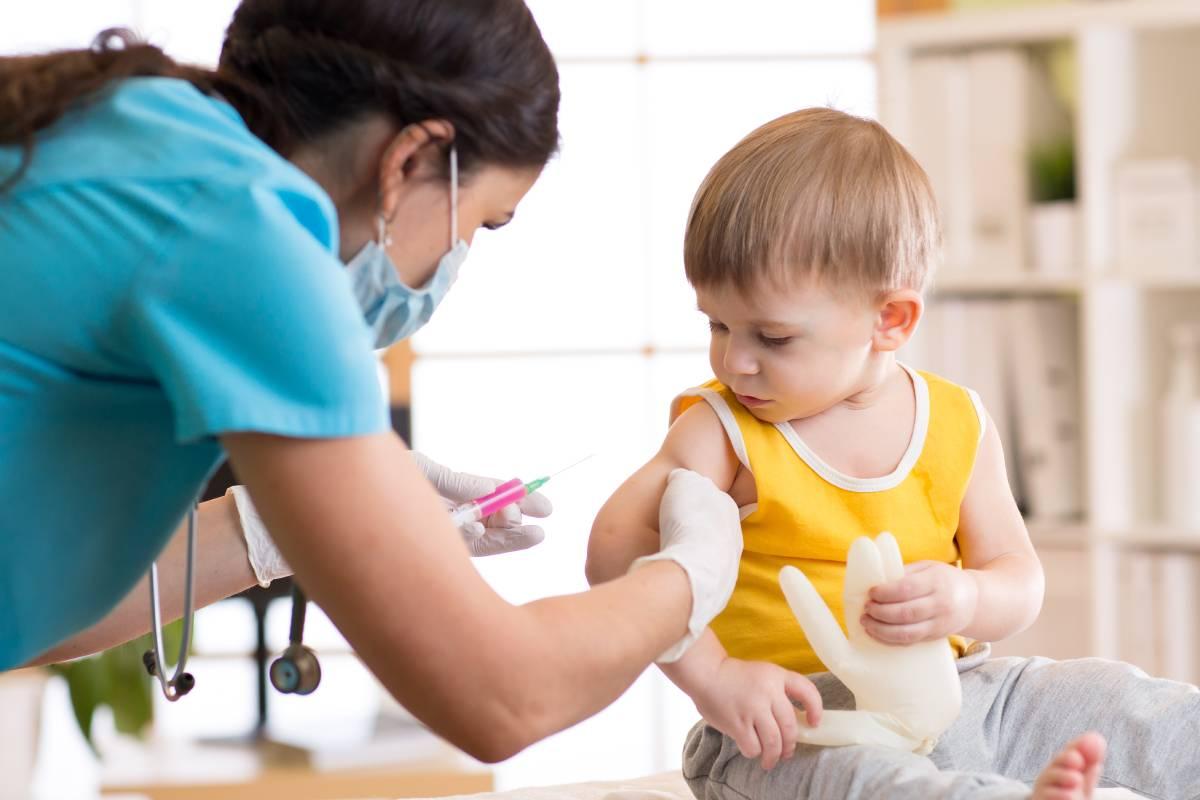Enfermera vacunando a un niño pequeño