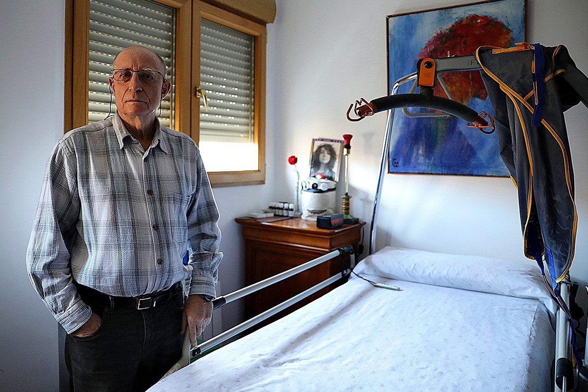 Ángel Hernández, junto a la cama vacía de su mujer, María José Carrasco, a la que ayudó a morir.