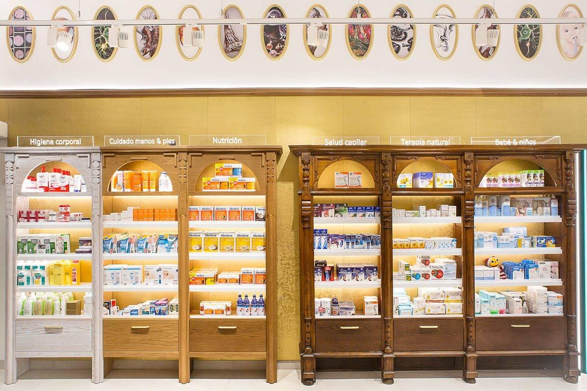 Farmacia Mª Paz ha conservado muebles antiguos, que ha sabido integrar con el resto del mobiliario. FOTO: Marketing-Jazz.