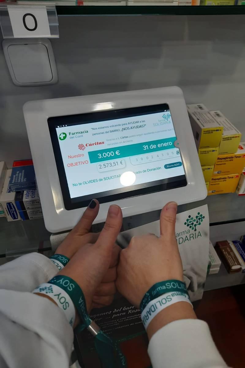 Tablet situada en la Farmacia El Carril, en Archena (Murcia), donde se muestra la recaudación conseguida para una iniciativa de Cáritas.