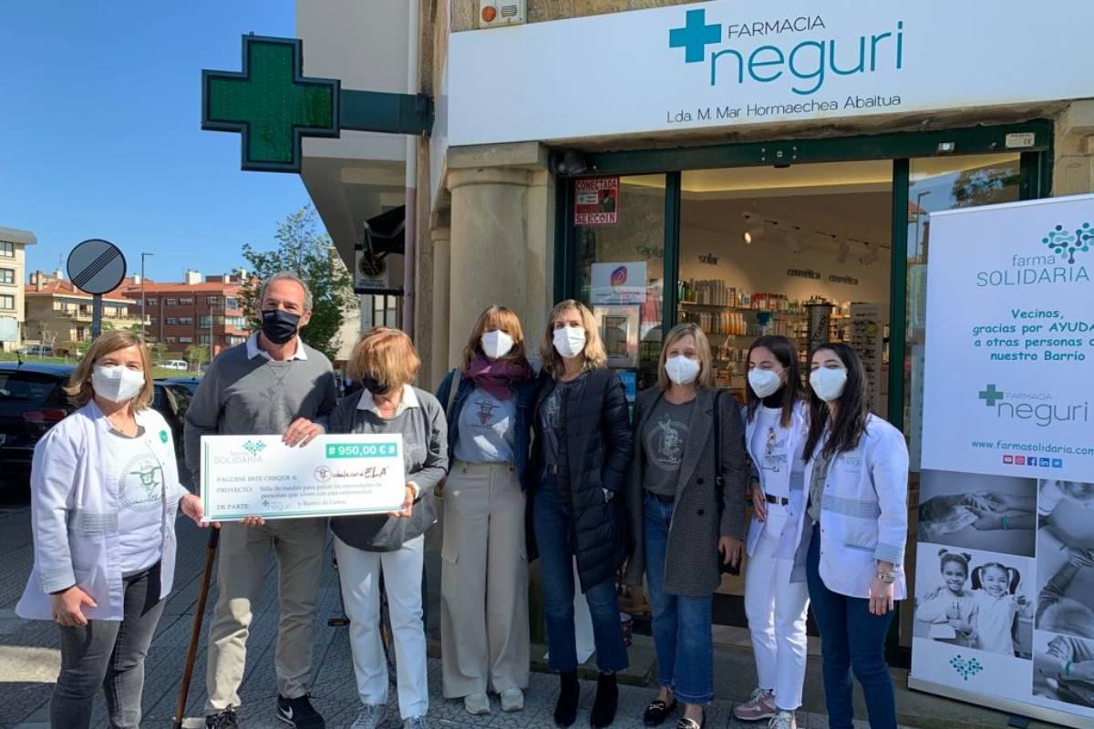 Entrega del cheque a la asociación Dale Candela, en la Farmacia Neguri, en Getxo.