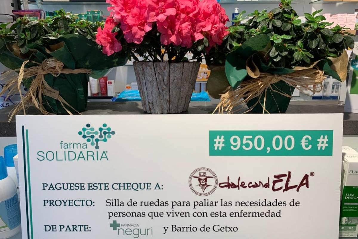 La farmacia Neguri (Getxo) donó 950 euros a la asociación DaleCandELA, para compar una silla de ruedas.