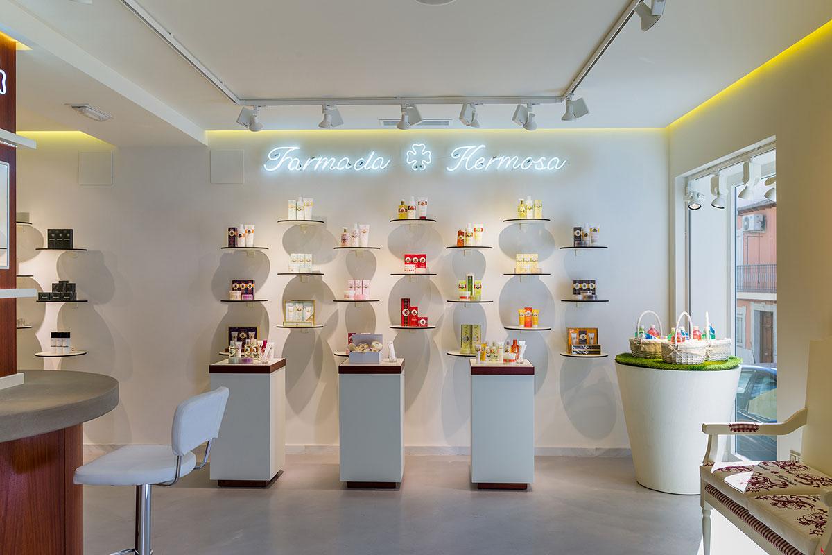 En Farmacia Hermosa predomina el color cereza y hueso. El patio fue reconvertido en una sala con techo en ajedrezado de palo rojo. Fotograf�a IKUO MARUYAM