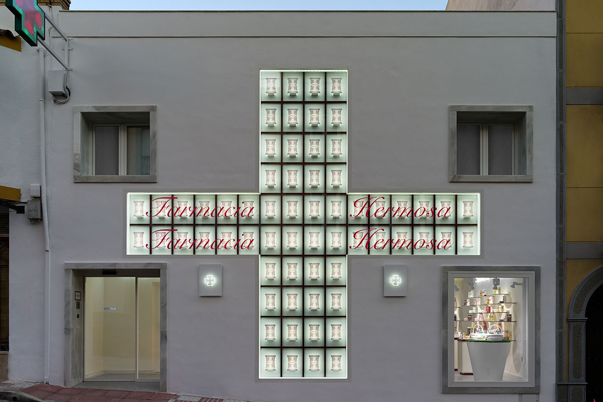 Fachada de Farmacia Hermosa. Foto: Ikuo Maruyama