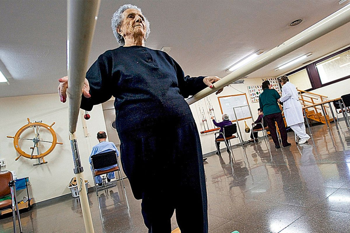 Una mujer mayor ejercita su capacidad física. FOTO: DM.
