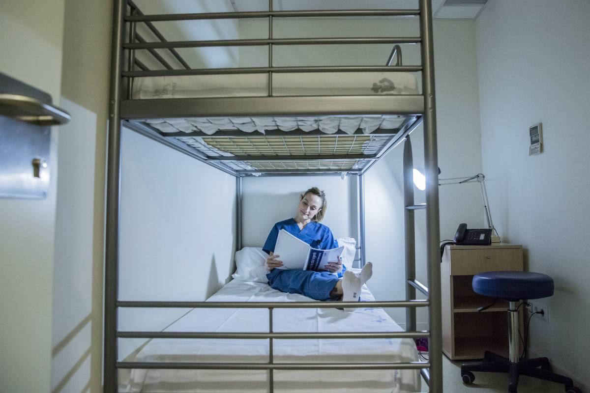 Enfermera del Centro de Urgencias de Atención Primaria (CUAP) del CASAP de Castelldefels descansa durante la guardia del fin de semana (FOTO: Ariadna Creus i Àngel García / Banc de Imatges Infermeres)