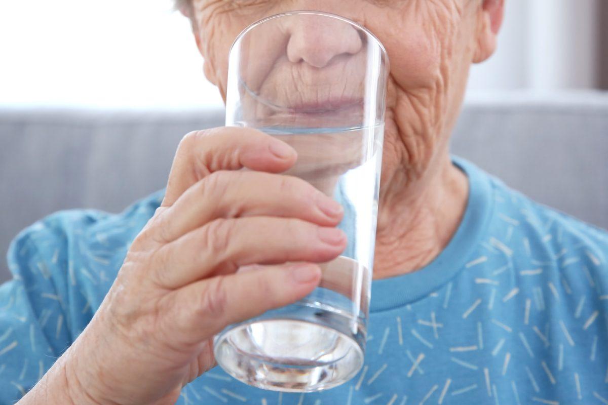 Desde el Consejo General de COF señalan que mantener una buena hidratación es uno de los factores clave en la lucha contra la covid-19.