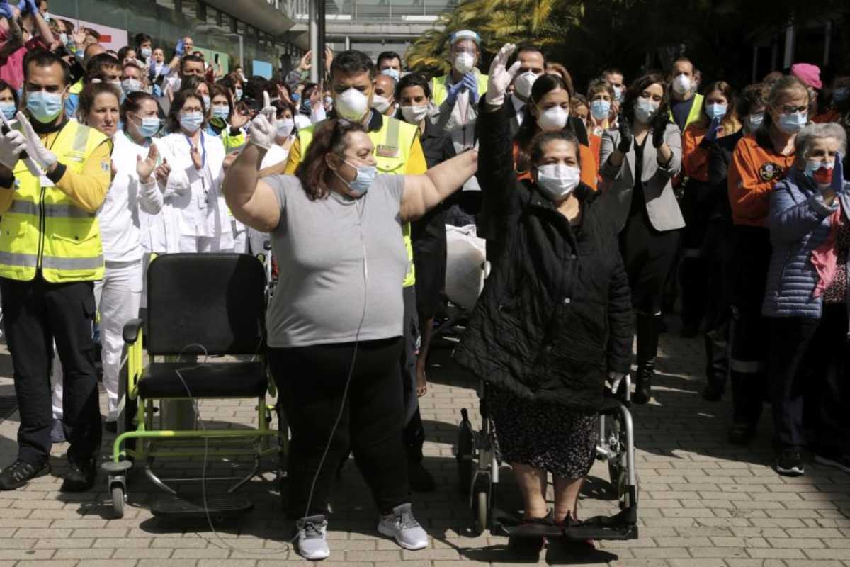 Últimos pacientes dados de alta en el hospital de campaña de Ifema, en Madrid.
