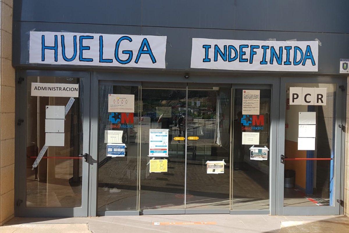 Puerta de un centro de salud de Madrid el d�a que arrancaba la huelga indefinida convocada por Amyts en primaria, el pasado marzo (FOTO: Amyts).