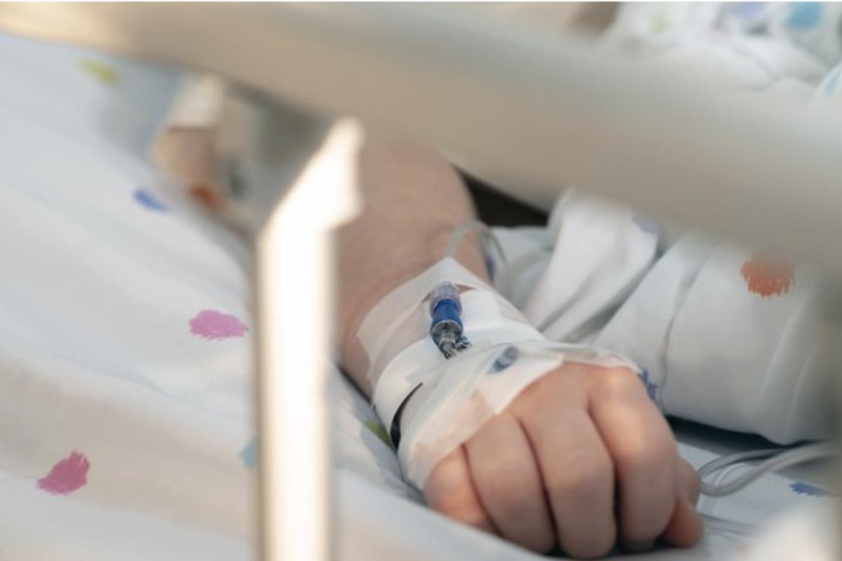 Vía intravenosa en una mano.