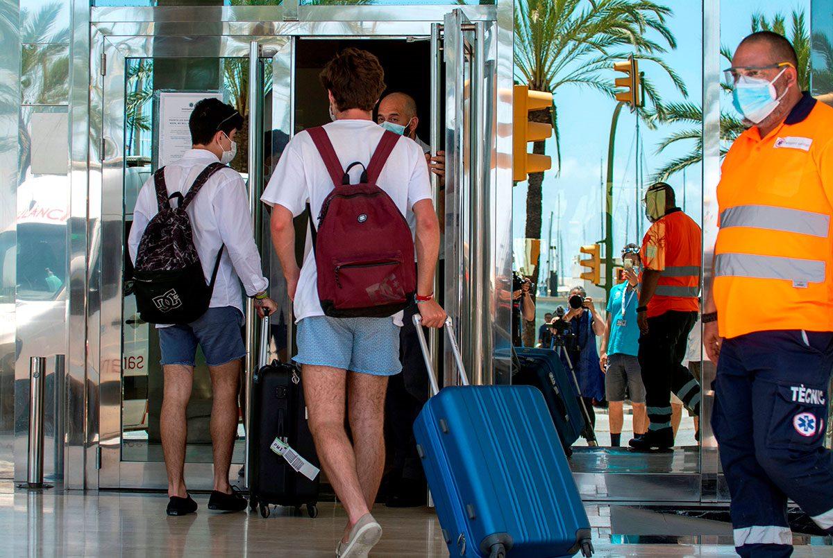 El brote de la covid-19 detectado entre estudiantes que han ido a Mallorca a celebrar su fin de curso ha afectado a más de mil personas en ocho comunidades.