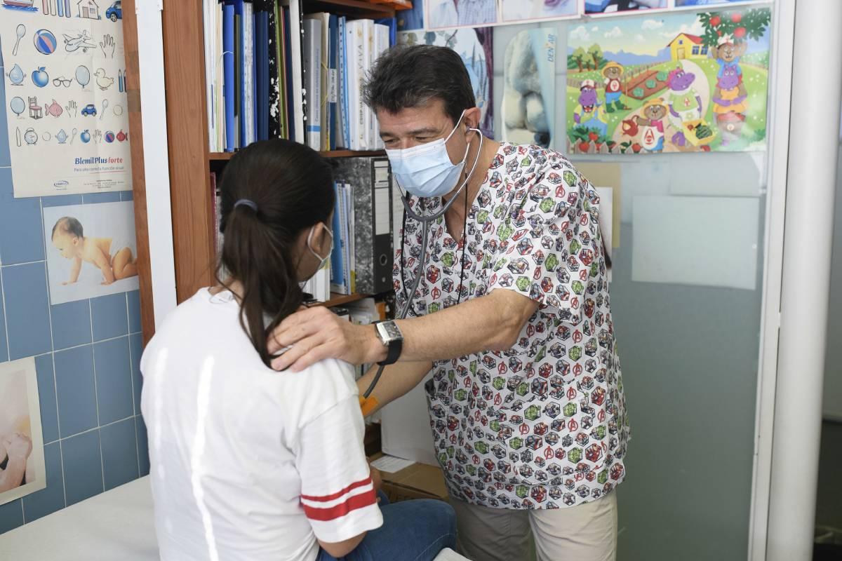 Luis Carlos Blesa, presidente de la Asociación Española de Pediatría (AEP), atendiendo a una paciente en su consulta (Foto: Kike Taberner)