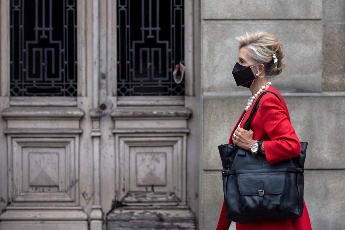 Una mujer con mascarilla camina por Orense.