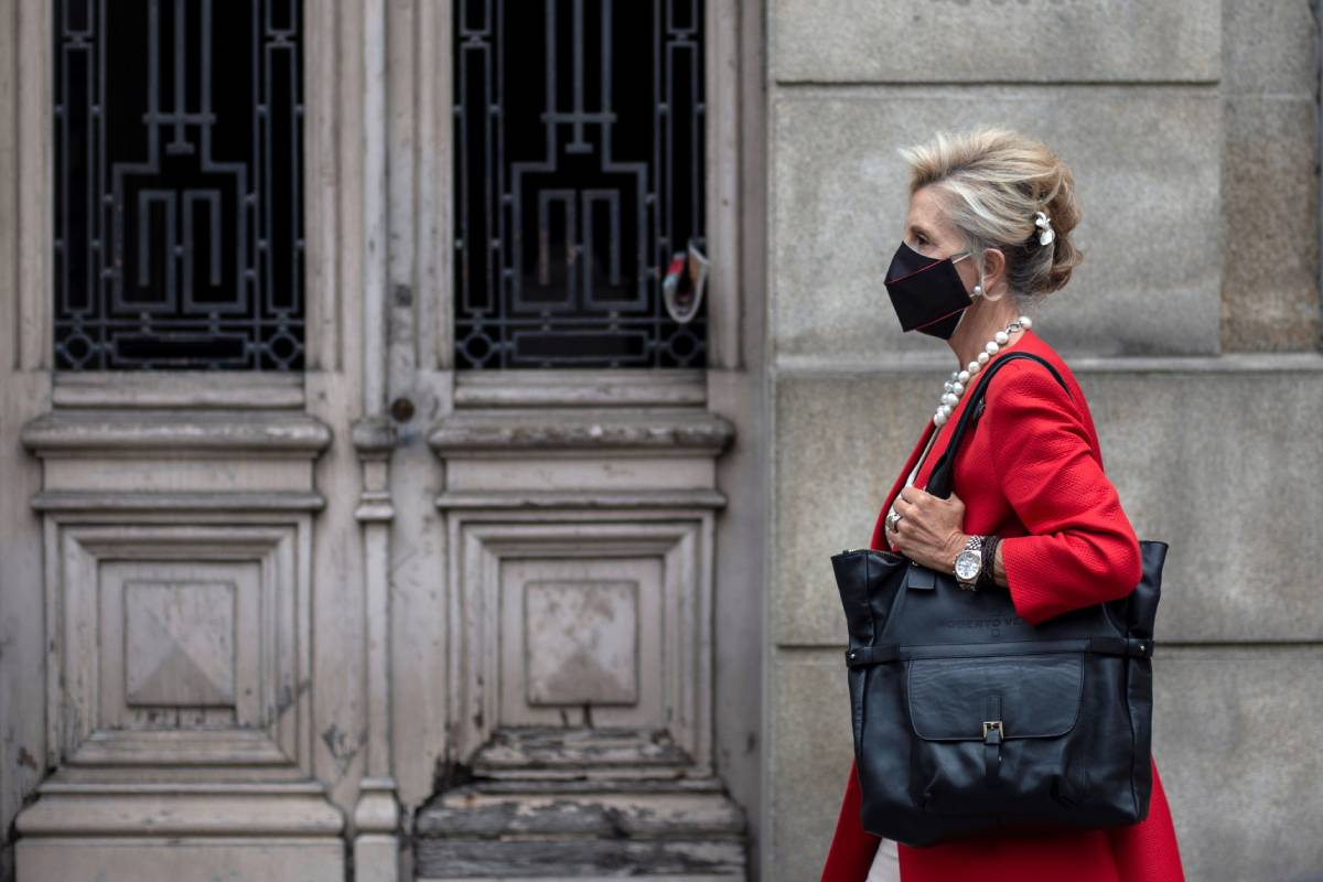 na mujer camina con mascarilla por una céntrica calle de Ourense (Foto: EFE/ Brais Lorenzo)