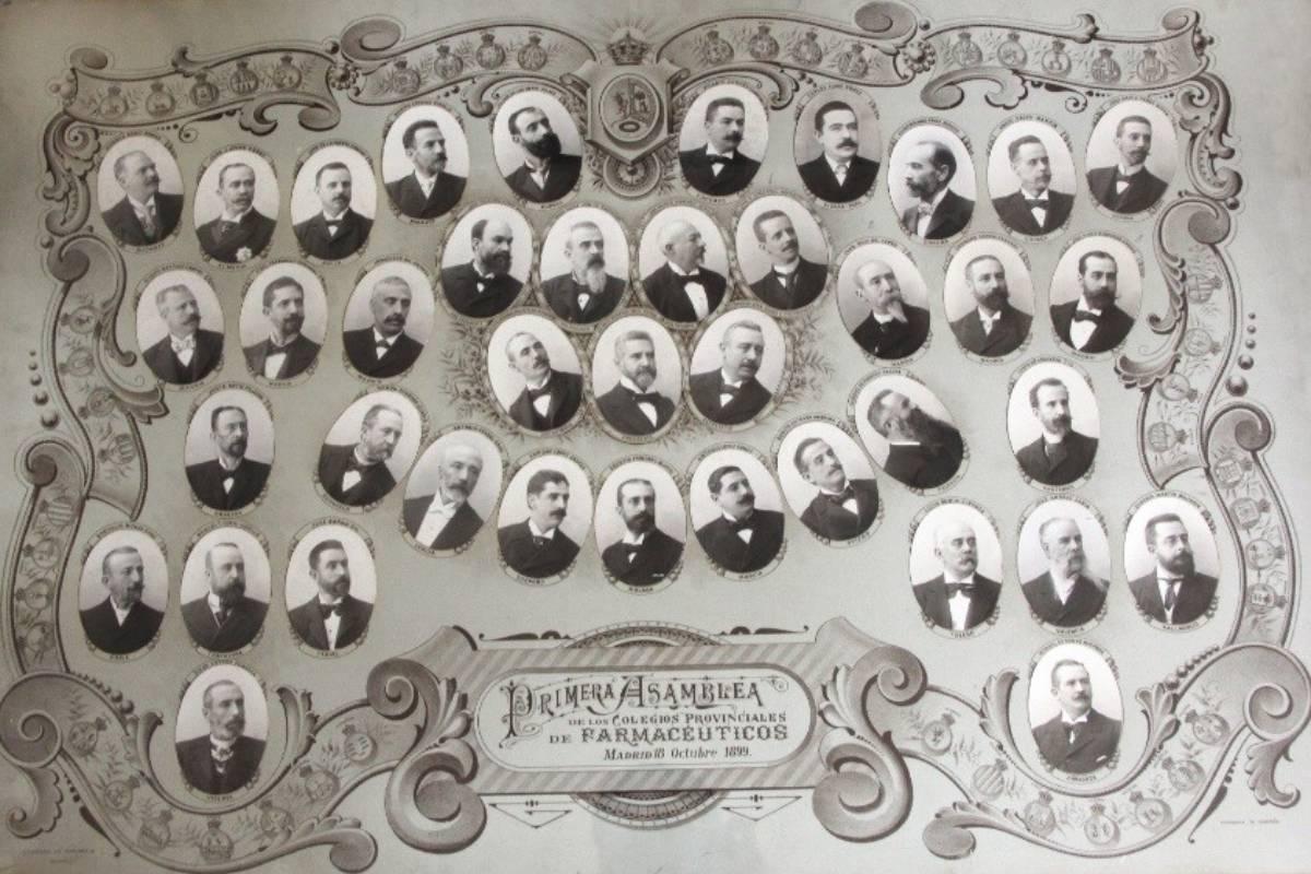 """Orla de la Primera Asamblea de los Colegios Provinciales de Farmacéuticos, en 1899. / """"Ocho d�as de Octubre"""" (RANF)"""