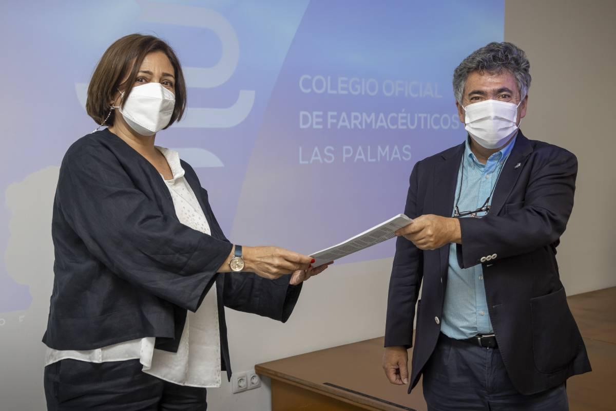 Toma de posesión de Loreto Gómez Guedes como nueva presidenta del COF de Las Palmas, con su antecesor, Juan Ramón Santana Ayala.