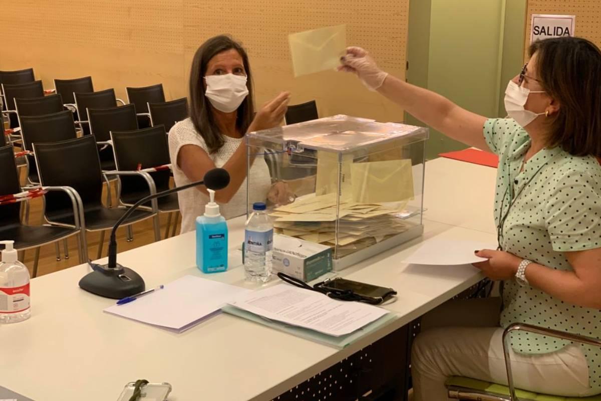 Alba Soutelo votando el domingo 6 de junio en la sede del COF de Pontevedra.