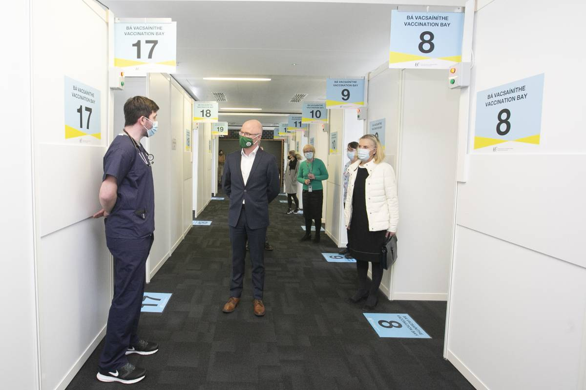 Stephen Donnelly, ministro de Sanidad de Irlanda, visitando el operativo de cita 'on line' de vacunación para personas de entre 40 y 44 años.