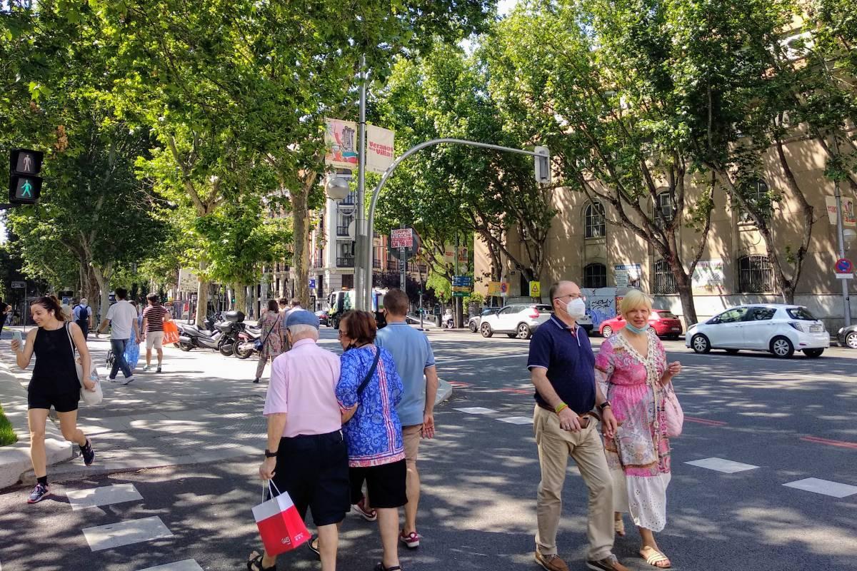 Peatones cruzando un paso de cebra en la calle Princesa de Madrid el pasado sábado. /C. Torrente.