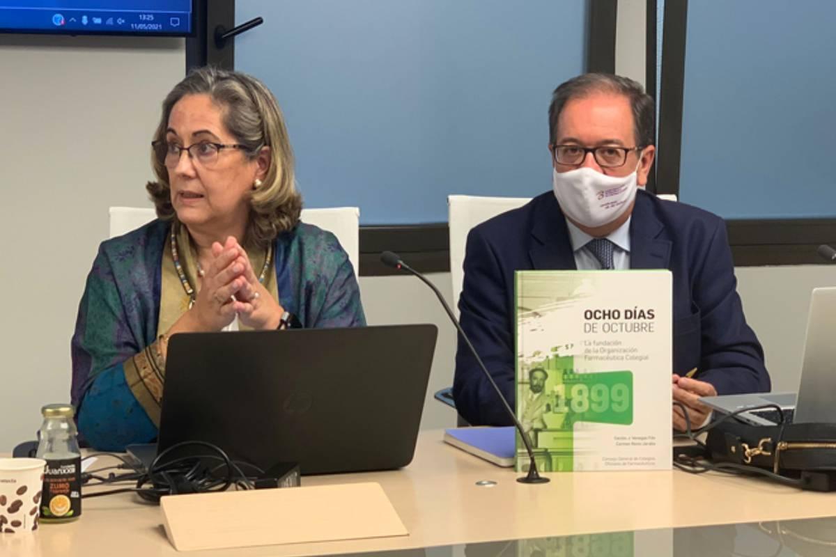 Carmen Recio Jaraba, directora del Gabinete de Presidencia del Consejo General de COF, y Cecilio Venegas Fito, presidente del COF de Badajoz, autores del libro  'Ocho d�as de octubre. La fundación de la Organización Farmacéutica Colegial'.
