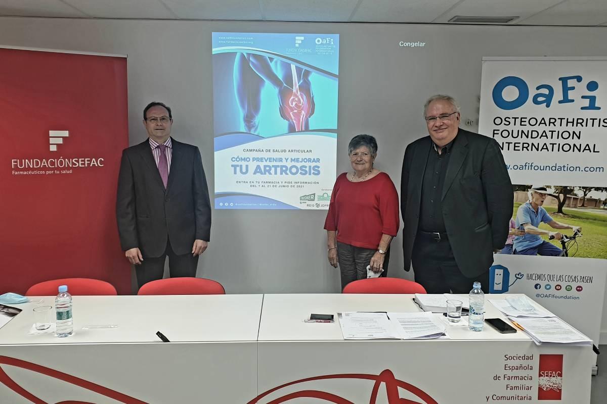 Marisa Ibarra, paciente de artrosis, flanqueada por Jesús C. Gómez  y Josep Vergés.