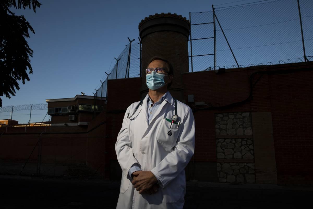 Pedro Mart�nez, médico del Centro Penitenciario Ocaña II y responsable de CESM Prisiones. (Foto: Antonio Heredia)