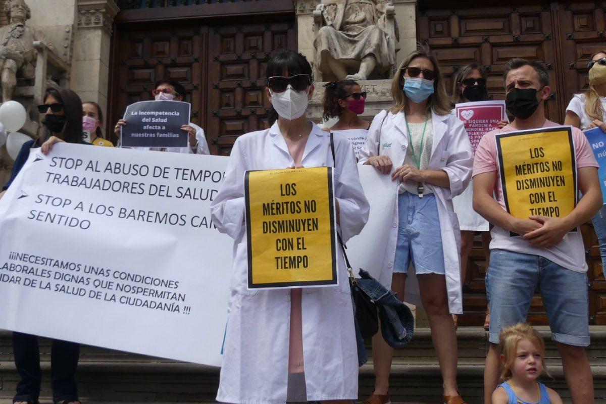 Aspecto de la concentración convocada ante el Paraninfo de la Universidad de Zaragoza por la Plataforma de Médicos Eventuales de Aragón (FOTO: Agencia Maaszoom).