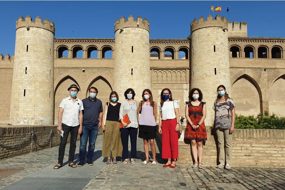 Miembros de la Plataforma de Médicos Eventuales ante la fachada del Palacio de Aljafer�a, sede de las Cortes de Aragón (FOTO: Agencia Maaszoom).
