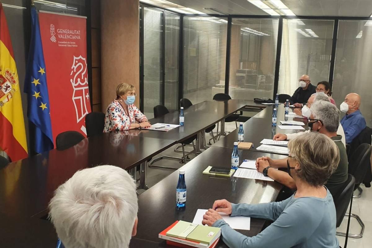 La consejera de Sanidad, Ana Barceló, presentando las l�neas maestras del plan a la Dirección del Consejo Valenciano de Personas Mayores, que ha colaborado en su definición.