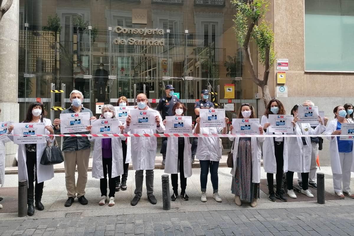 Aspecto de la protesta convocada la semana pasada por Amyts ante las puertas de la Consejería de Sanidad para denunciar la falta de médicos en los centros de salud (FOTO: Amyts).