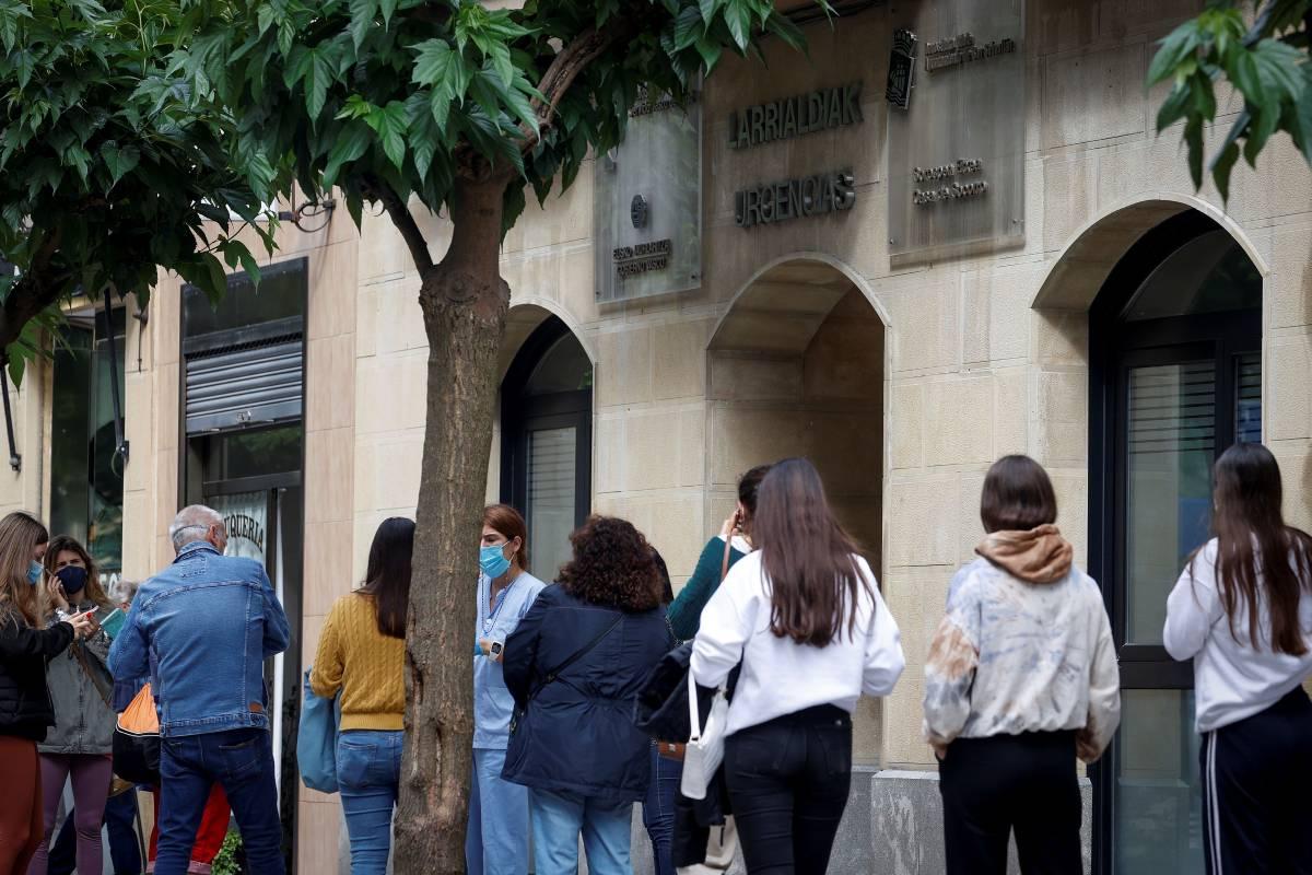 El Servicio Vasco de Salud está realizando un cribado este jueves en San Sebastián entre los 300 jóvenes que viajaron a Mallorca en el viaje de fin de curso, de los cuales ya se han detectado 49 positivos. (Foto: EFE/Javier Etxezarreta)