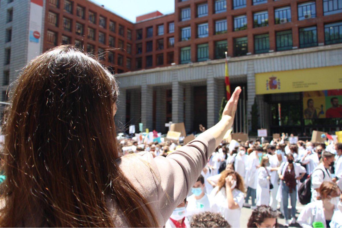 Aspecto de la primera manifestación MIR, convocada el pasado 25 de mayo, frente a la puerta del Ministerio de Sanidad.