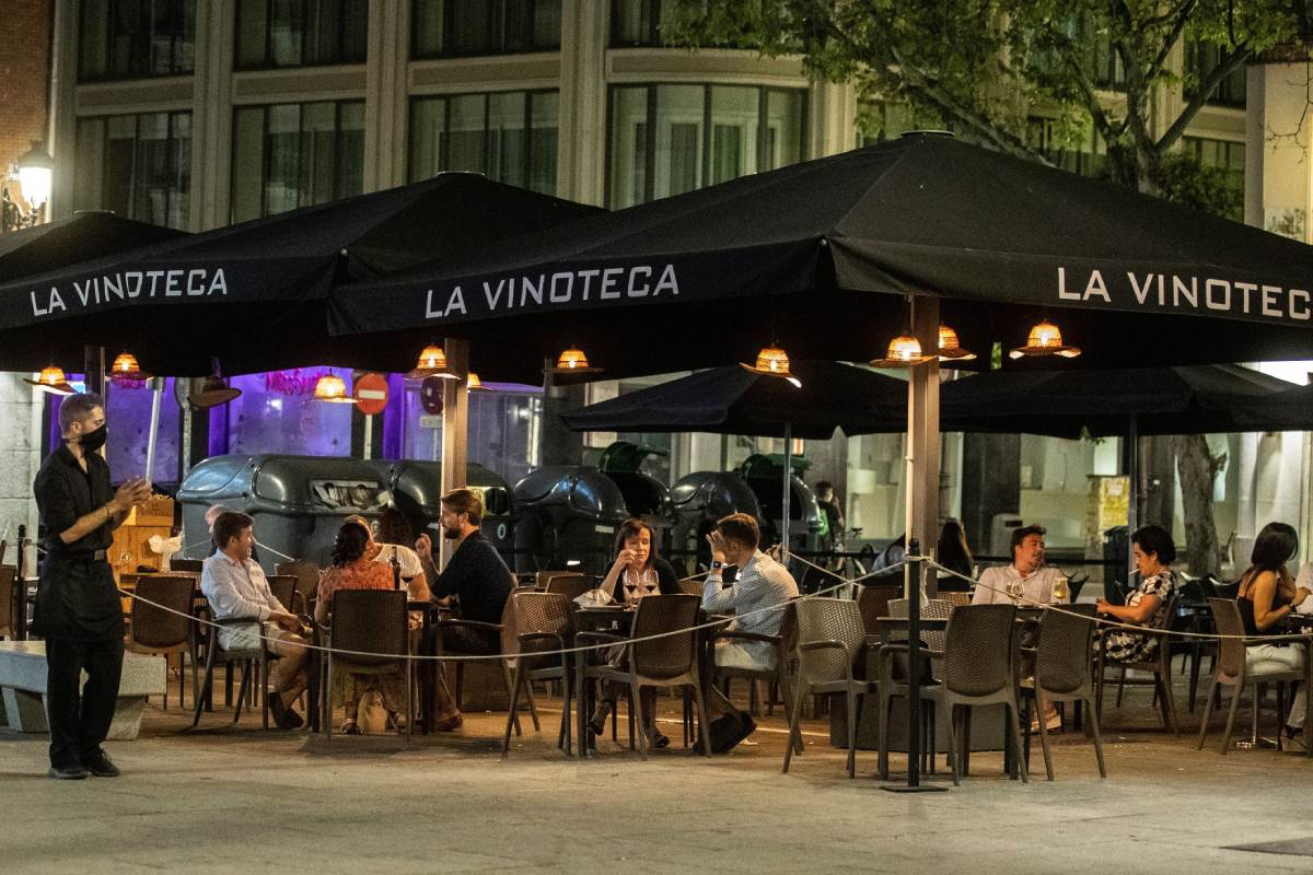 Vista de algunos bares y terrazas de copas, con escasa afluencia de personas, en la zona de Huertas y Plaza de Santa Ana en Madrid.