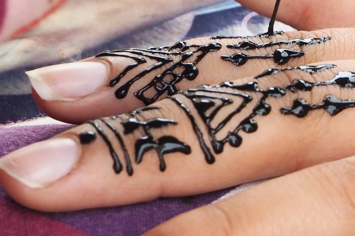 Picor, enrojecimiento, cicatrices o sensibilización permanente son algunos de los efectos sobre la piel que pueden causar los tatuajes de henna negra.