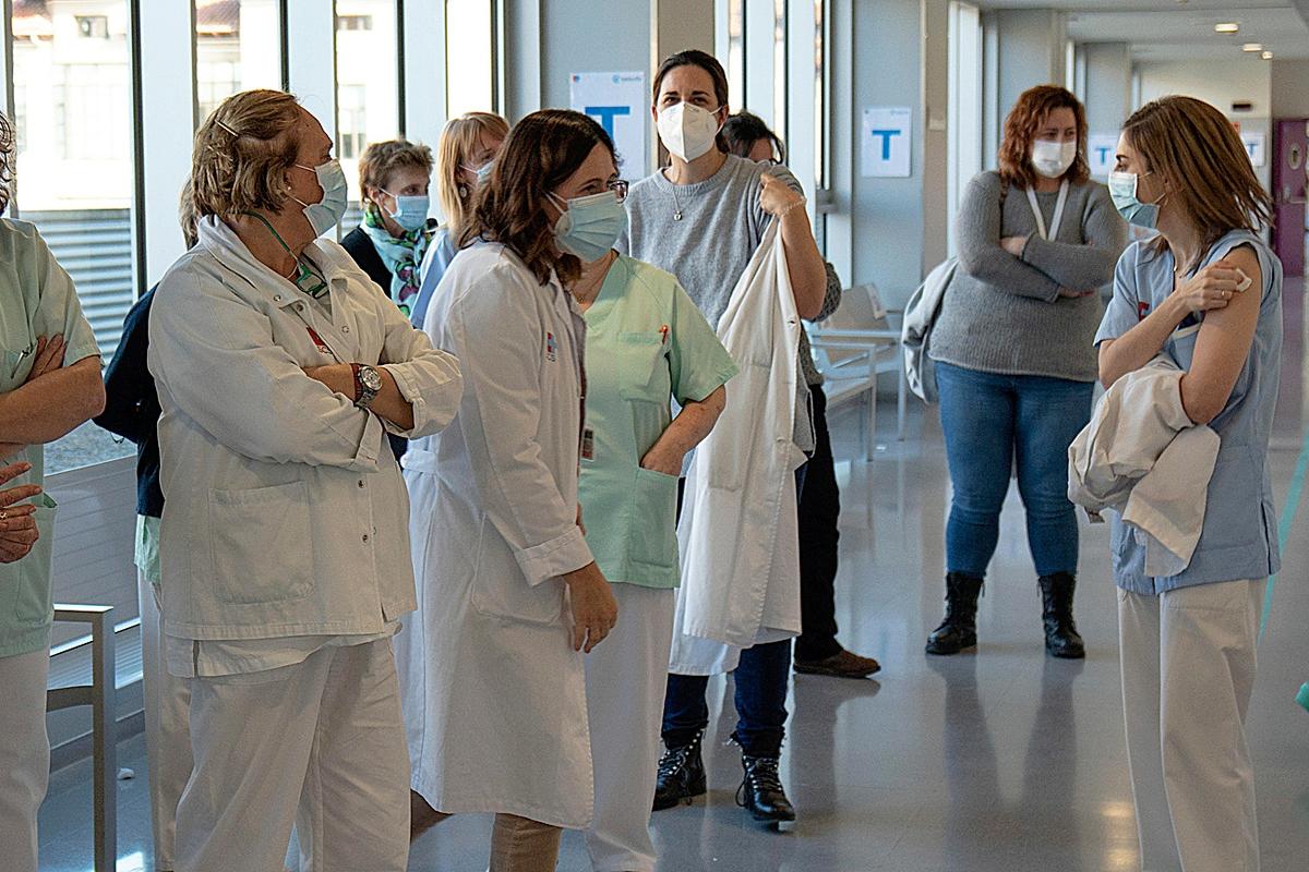 Sanitarios hacen cola para vacunarse en el Hospital de Valdecilla de Santander.