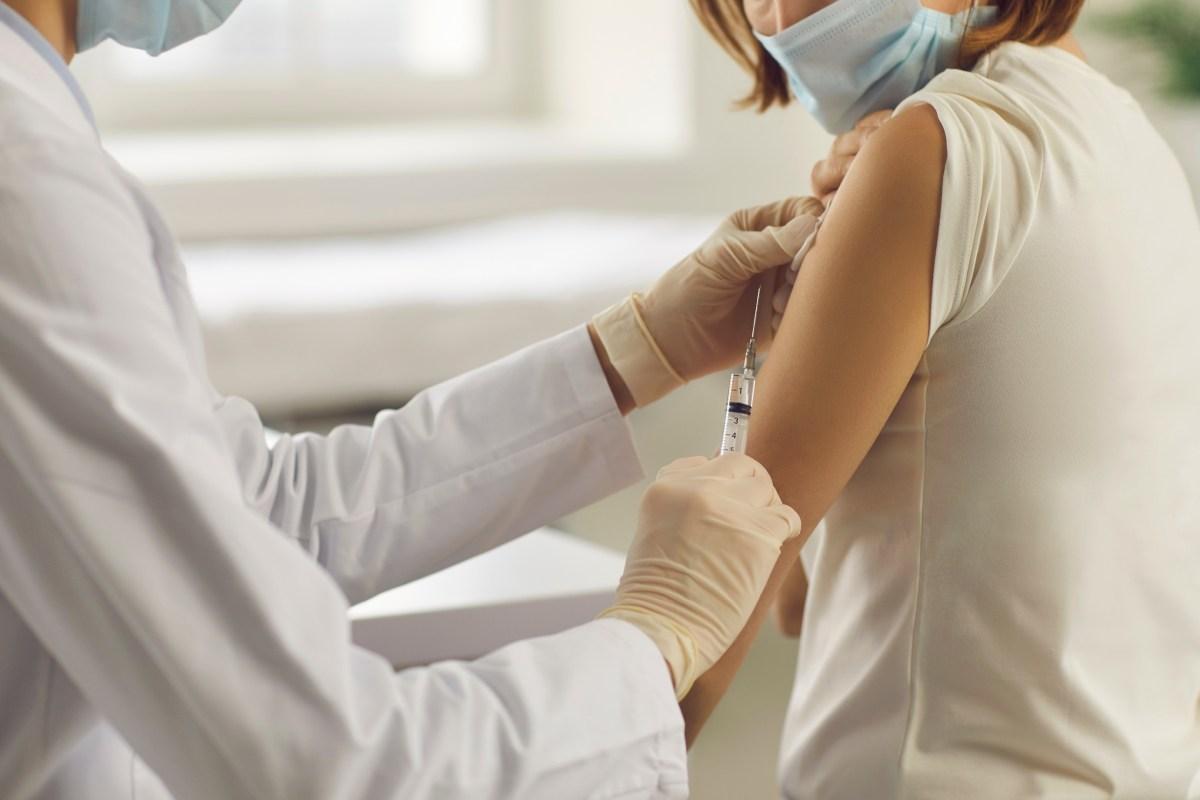 Desde la institución colegial apuntan que el 94,5% de los profesionales que van a ser vacunados con la segunda dosis ha elegido el producto de AstraZeneca.